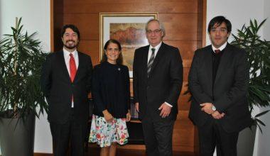 Escuela de Psicología UAI firma convenio con ASIVA