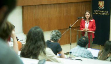 Invitada por Derecho UAI, experta en constitucionalismo y género expuso desigualdades a lo largo de la historia