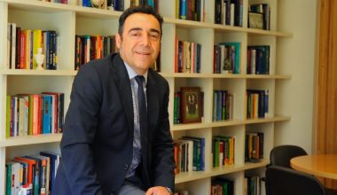 Mauricio Villena al comité editorial de revista indexada de Negocios