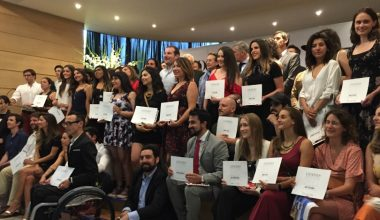 Escuela de Negocios y Revista Sábado premian a los 100 líderes jóvenes de Chile