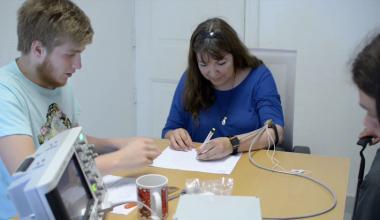 Alumnos de Ingeniería crean dispositivo para detener temblor de manos sin cirugías ni fármacos