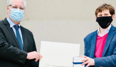 """En aniversario UAI, Alberto Pino recibe premio al """"Mejor Profesor de la Facultad de Derecho"""""""